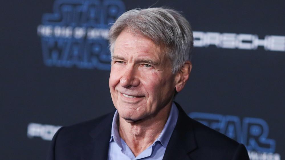 Harrison Ford wartet geduldig in der Impf-Schlange