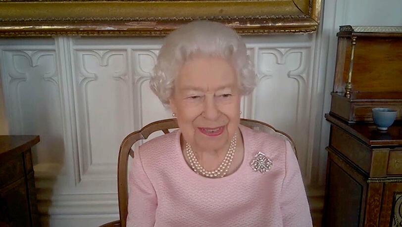 Queen Elizabeth scherzt über sich selbst in Videokonferenz