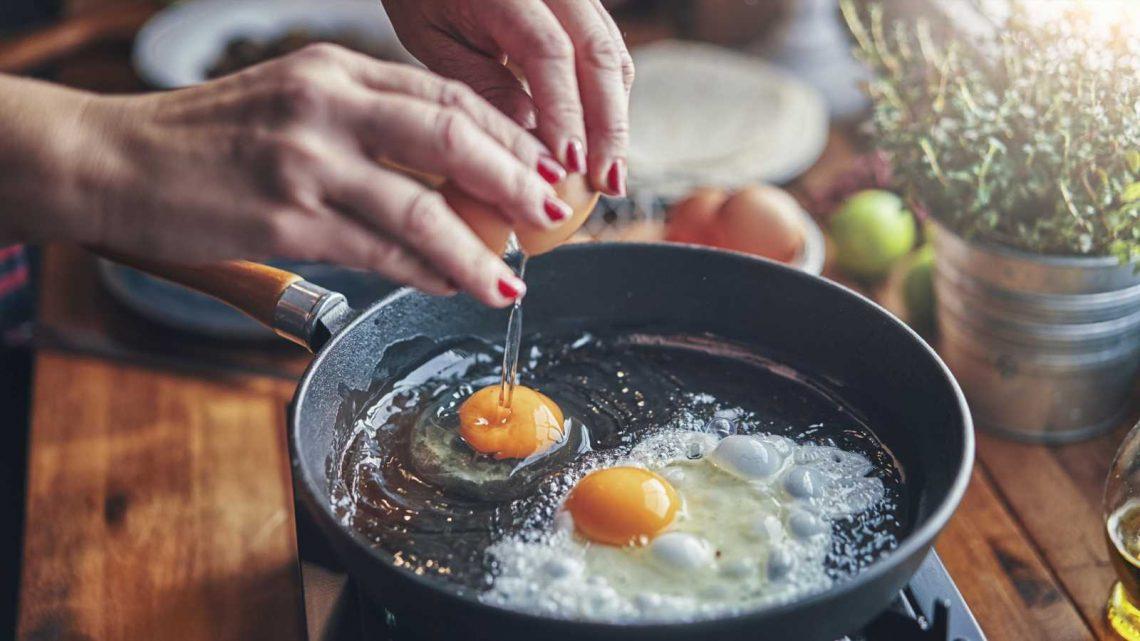 Spiegelei ohne Glibber: Mit diesem Wasser-Trick wird das Ei perfekt!