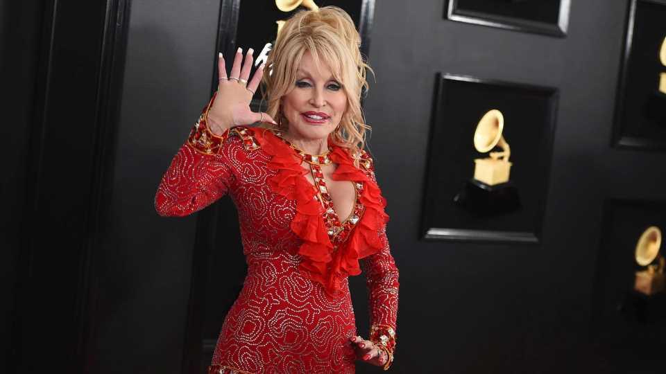 Dolly Parton singt bei ihrer Corona-Impfung