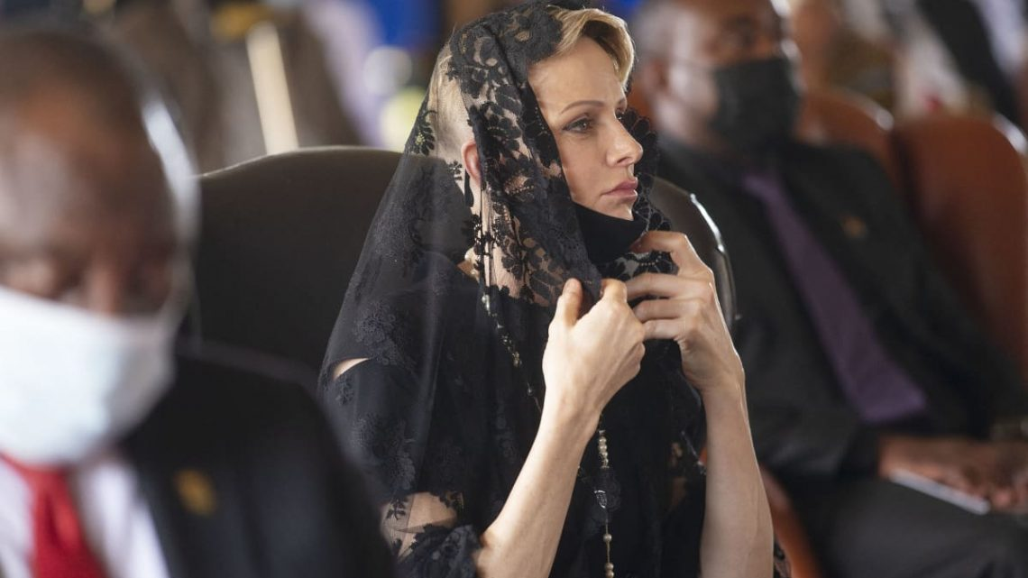 Fürstin Charlène in schwarzer Spitze und schmerzerfülltem Blick