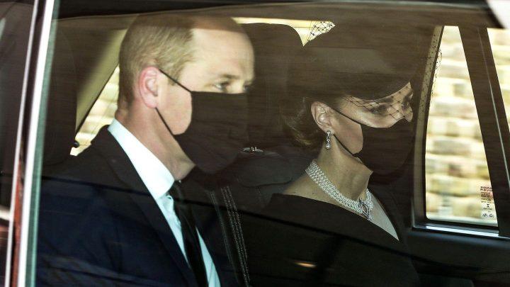 Ihre Halskette ist eine Hommage an die Queen und Prinz Philip