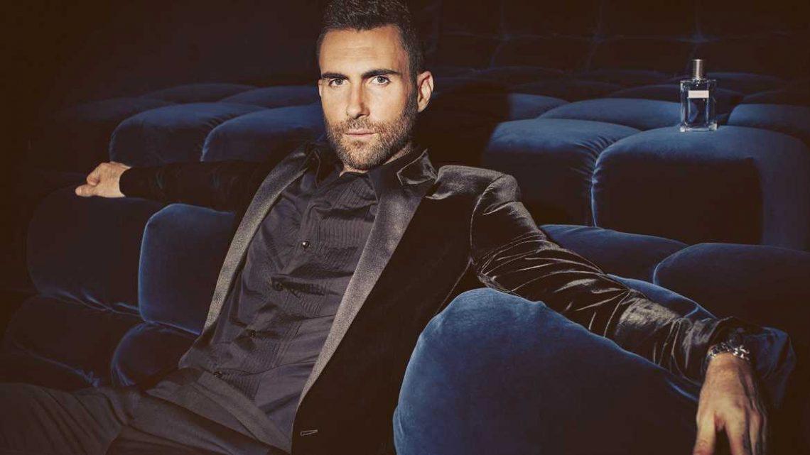 """""""Maroon 5""""-Frontmann Adam Levine trägt Kleid auf Familienfoto"""