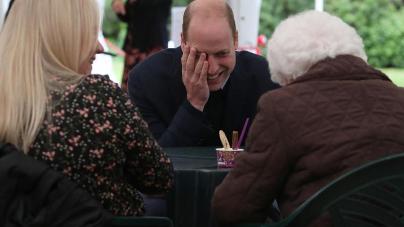 Besuch im Altenheim: Prinz William flirtet mit einer 96-Jährigen