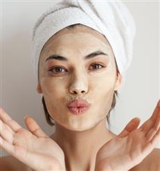 Diese Gesichtsmaske wird wie ein Foundation-Stick aufgetragen