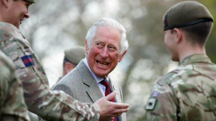 Er kann wieder lachen: Prinz Charles besucht Kaserne in Windsor
