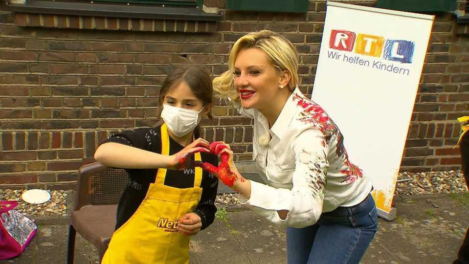 Kleine Picassos: Evelyn Burdecki bemalt mit Kindern Netto-Tüten