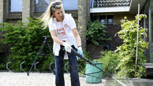 Lässiger Look: Königin Máxima putzt in Jeans und T-Shirt