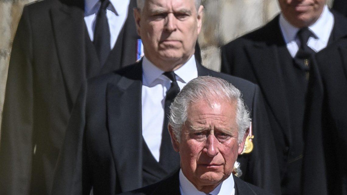 Prinz Charles lässt Skandal-Prinz Andrew immer mehr aus der Öffentlichkeit verschwinden