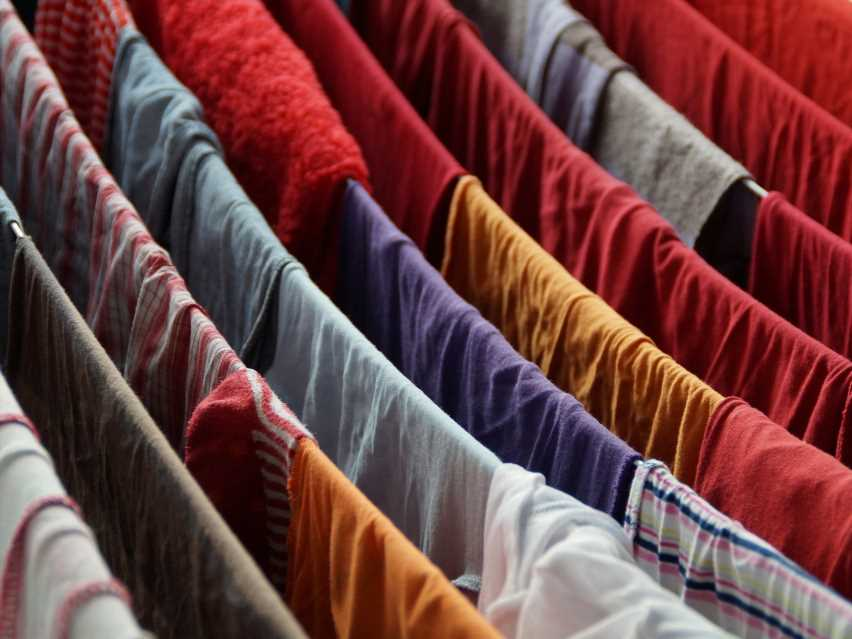 Wäsche müffelt nach dem Waschen: Was sich dagegen tun lässt