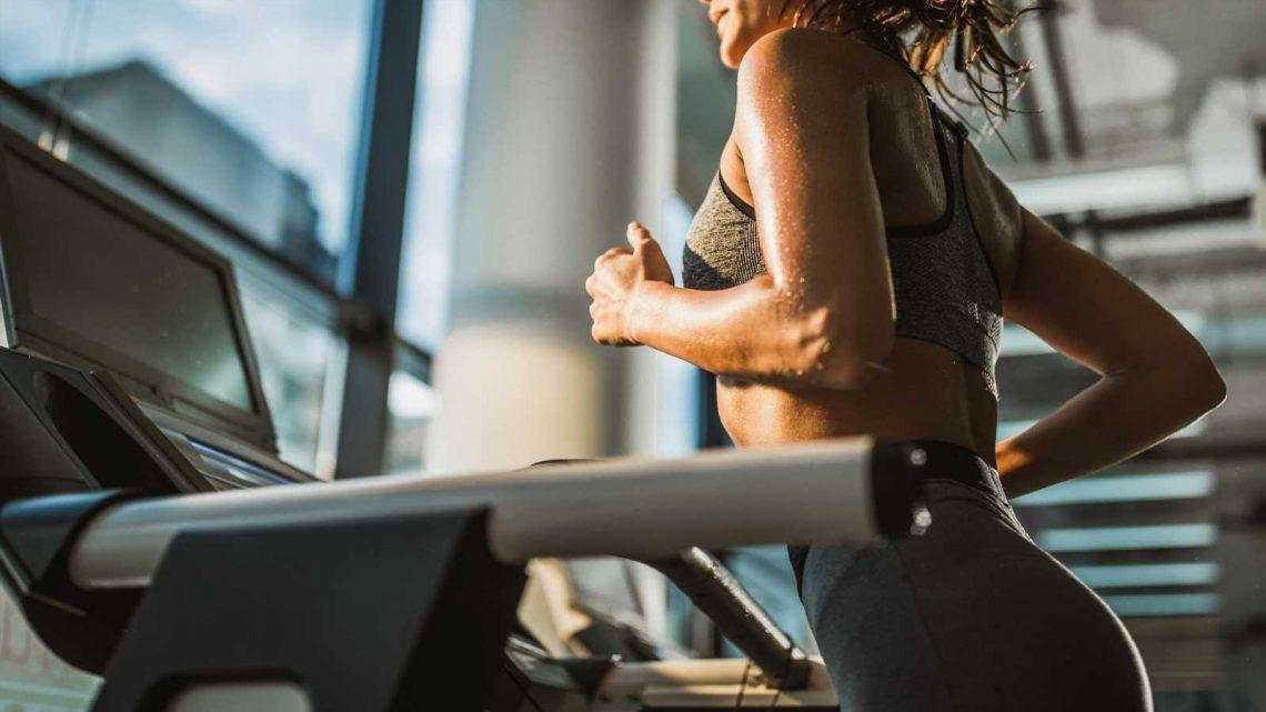 """Abnehmen mit """"12-3-30""""-Workout: Entspannt auf dem Laufband gehen und die Kilos purzeln"""