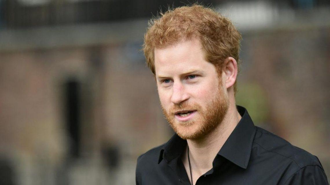Er droht britischen Medien mit Klage