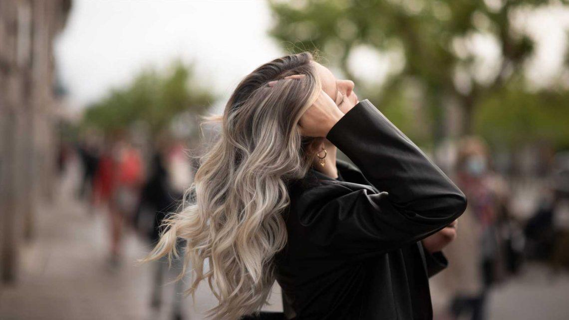 Grey Blending: DAS ist der neue Haar-Trend für natürliche Farbverläufe bei grauen Haaren