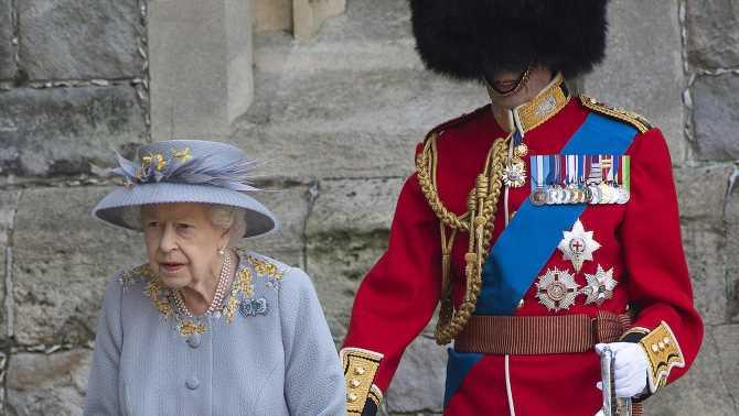 Kuriose Queen-Begleitung: Berühmter Royal sieht unter Bärenfellmütze ja gar nichts