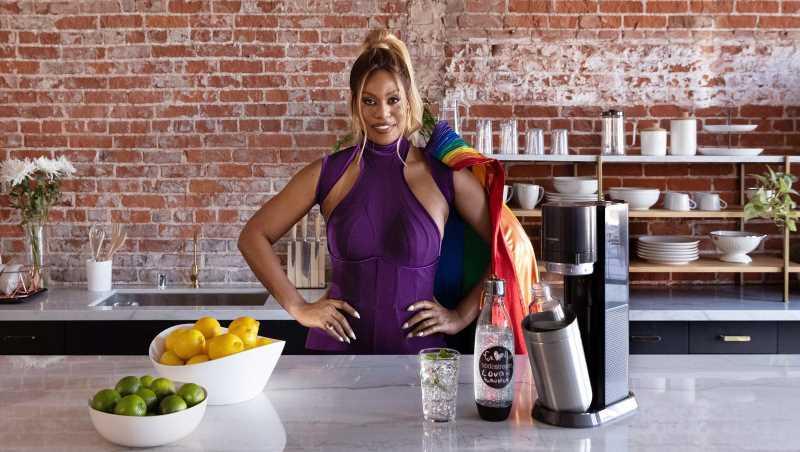 Pride Month: Mit SodaStream wird Laverne Cox zur schillernden Superheldin   InTouch