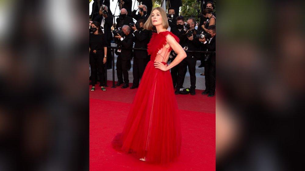 Cannes: Rosamund Pike verzaubert in roter Traumrobe