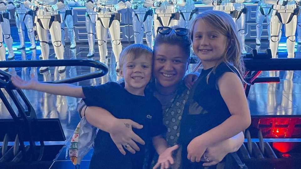 Familienzeit: Kelly Clarkson teilt seltenes Bild mit Kids