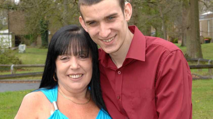 7-fache Mutter verliebte sich in den besten Freund ihres Sohnes – jetzt sind sie schon 12 Jahre verheiratet
