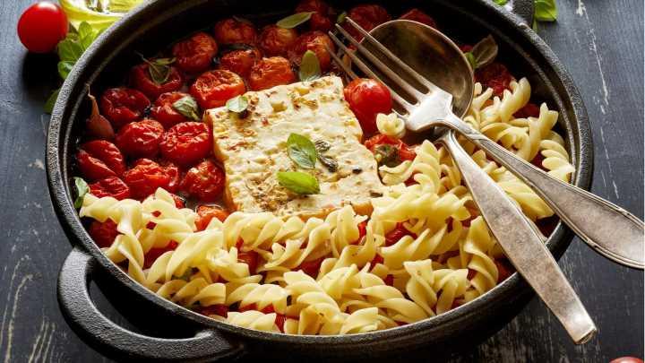 Baked Feta Pasta: So easy gelingt das Blitzgericht mit wenigen Zutaten