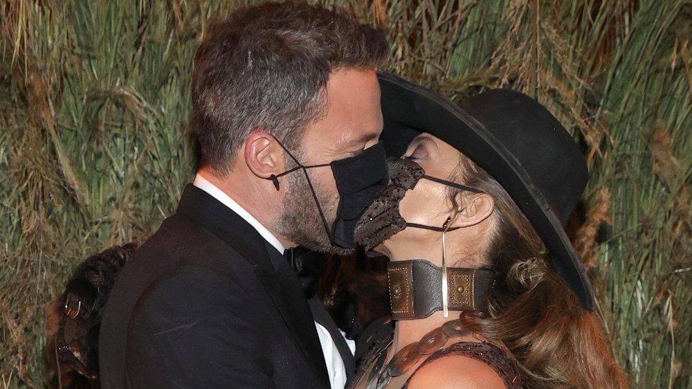 Ben Affleck & Jennifer Lopez: Heißer Masken-Kuss bei der Met Gala 2021
