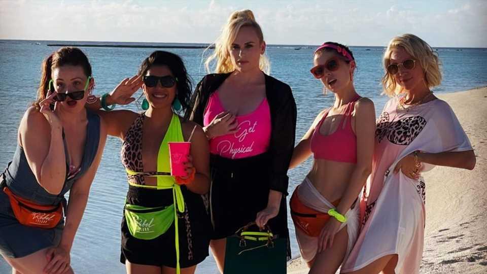 "In Tahiti: Rebel Wilson feiert ""Pitch Perfect""-Wiedersehen"