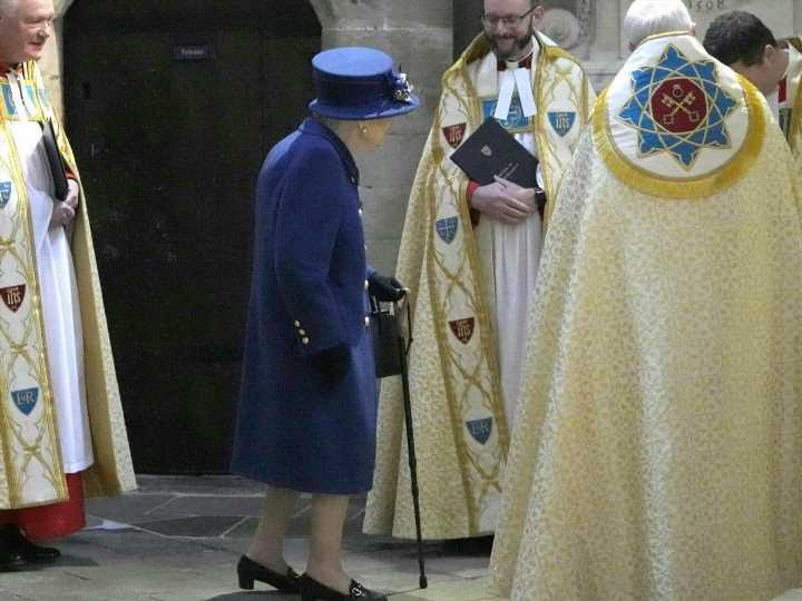 Queen stützt sich mit Stock: Sorge um britische Monarchin?
